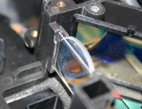 Czy należy czyścić układ optyki w projektorze?